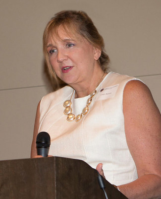 Lindy Benton accepts Distinguished Alumni Award from Florida State University.