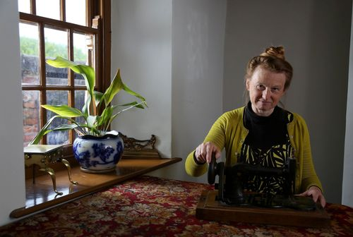 Independent expert and social historian Ruth Goodman with 1890 treasured item the sewing machine (PRNewsFoto/UIA Insurance)