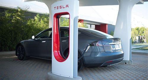 Tesla est sur le point d'électrifier la route vers la Côte d'Azur avec ses Superchargeurs (PRNewsFoto/Tesla Motors)