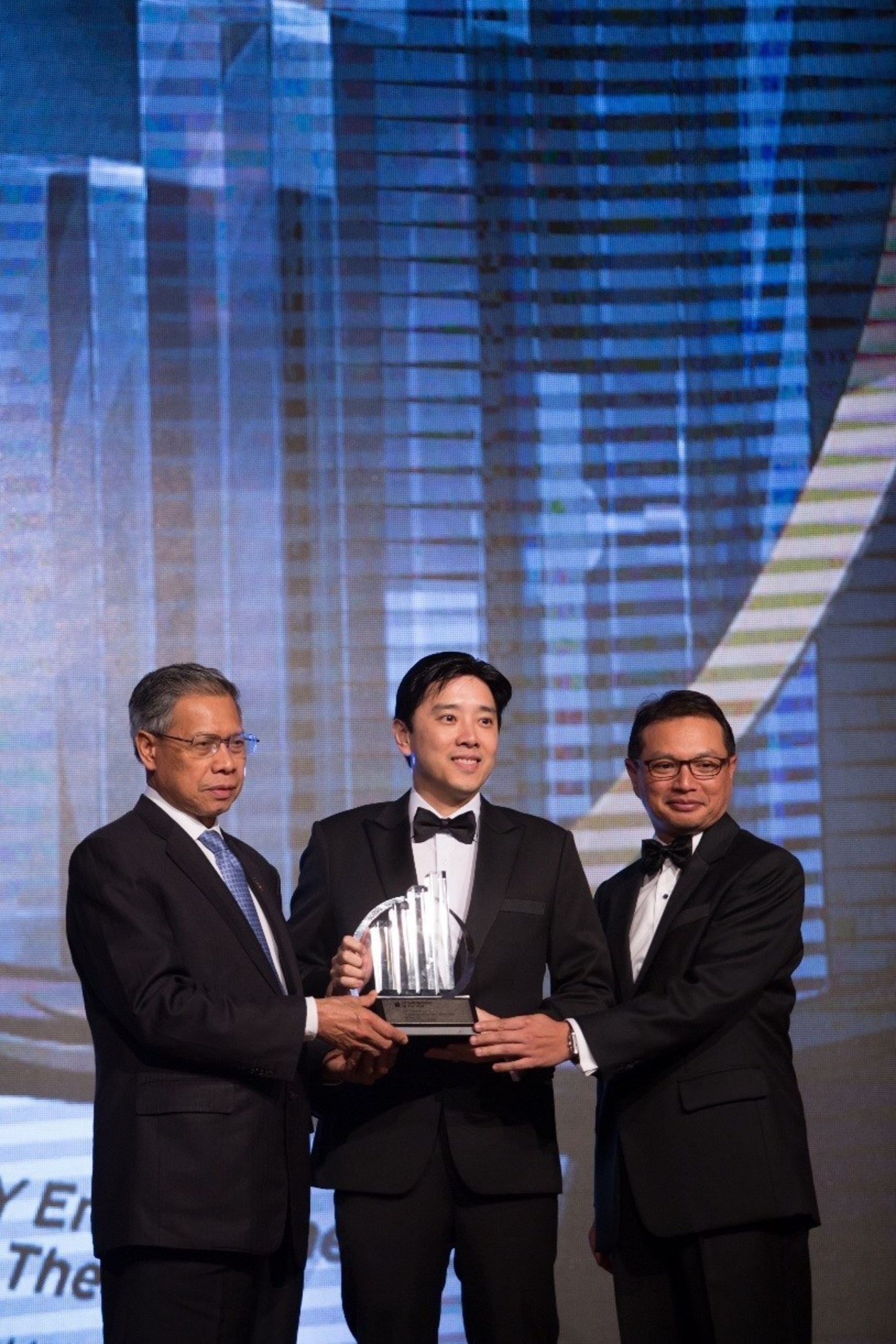 Ivan Teh, Fusionex Managing Director (Middle) receiving the EY Technology Entrepreneur of the year award from YB Dato' Sri Mustapa Mohamed, Minister of International Trade and Industry, (left), together with Dato' Abdul Rauf Rashid, Ernst & Young Country Managing Partner (right) at the prestigious 2014 Ernst & Young Entrepreneur of the year gala dinner held at the Majestic, Kuala Lumpur.