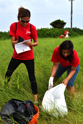 iCIMS volunteers diligently remove trash at Sandy Hook shore.  (PRNewsFoto/iCIMS, Inc.)