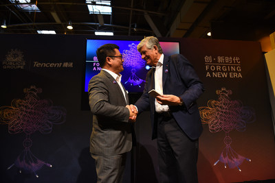 Maurice Levy and SY Lau scan a WeChat QR code to officially mark the start of the partnership: an iconic action on Wechat, the most popular social APP developed by Tencent.