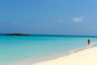 Sugar-white sands and turquoise blue waters of Nassau Paradise Island. (PRNewsFoto/Nassau Paradise Island)