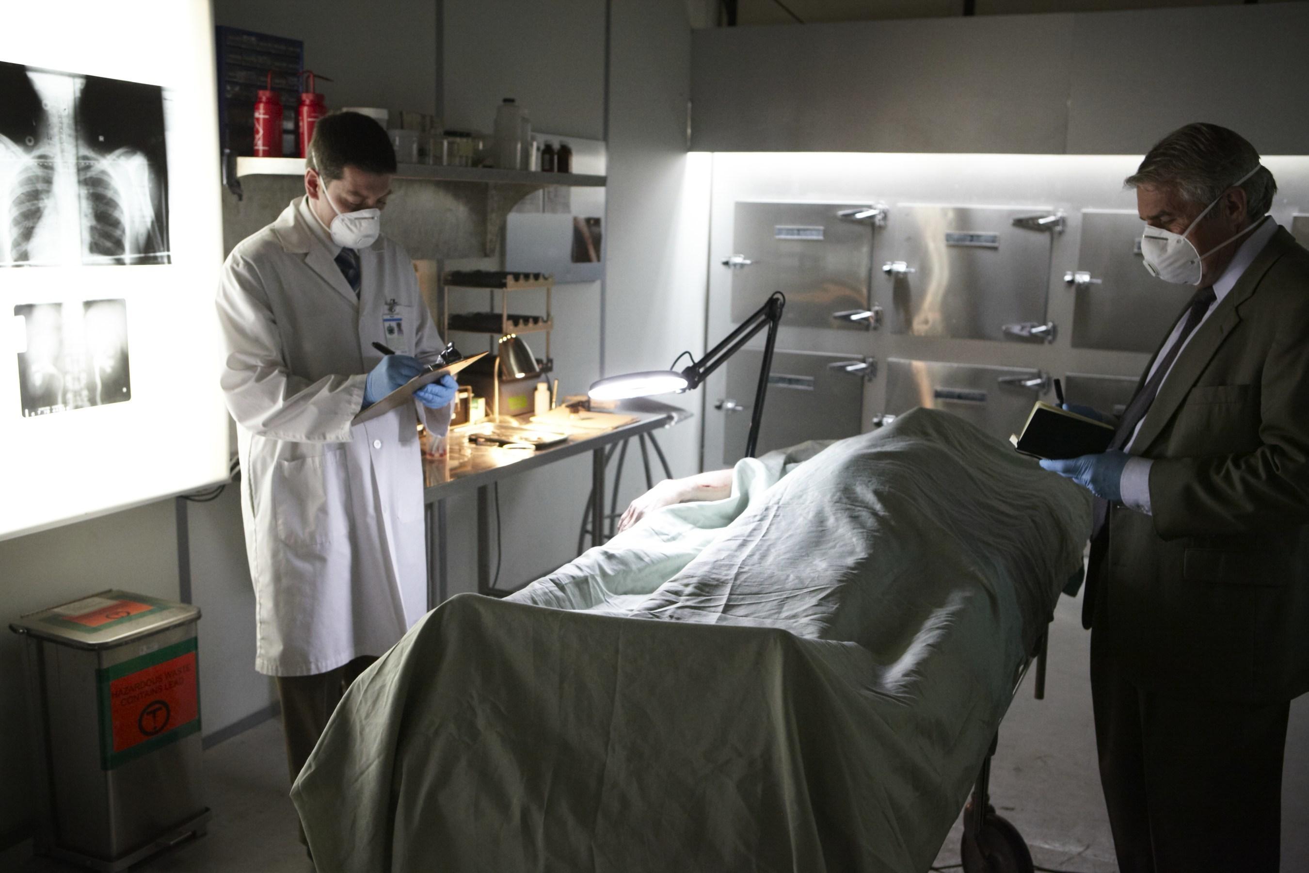 Una autopsia es llevada a cabo en la morgue. Autopsias de Hollywood, estreno 27 de noviembre en Discovery en Espanol.