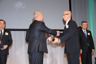 Mr. Ina, President, from Daihatsu presented a Suppliers' Excellence Award to Tokuo Matsui, General Manager, Morse TEC Japan, to recognize BorgWarner's contributions toward the outstanding fuel economy of the Mira e:S.  (PRNewsFoto/BorgWarner Inc.)