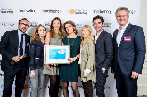 Michael Fries Onlineprinters (a droite) et l'equipe M6 Unlimited gagnante du trophee « Social Media »pour ...