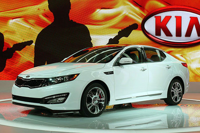 Local Kia shoppers in the Joliet, Plainfield, Orland Park, Bolingbrook and Frankfort, Illinois area are heading to Bill Jacobs Kia to test out the new 2013 Kia Optima.  (PRNewsFoto/Bill Jacobs Kia)