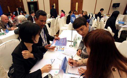 Business Talks. (PRNewsFoto/Sichuan Bureau of Expo Affairs) (PRNewsFoto/SICHUAN BUREAU OF EXPO AFFAIRS)