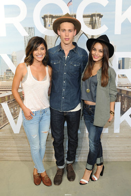 """American Eagle Unveils First Ever Denim Runway Across America Project """"Rock Your Walk"""""""