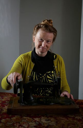 Independent expert and social historian Ruth Goodman with 1890 treasured item the sewing machine - portrait (PRNewsFoto/UIA Insurance)
