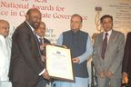 Shri Arun Jaitley, Hon'ble Union Minister for Finance, Defence and Corporate Affairs presenting the award to Shiv Nadar