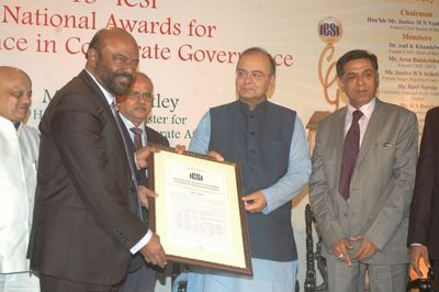 Shri Arun Jaitley, Hon'ble Union Minister for Finance, Defence and Corporate Affairs presenting the award to Shiv Nadar (PRNewsFoto/HCL Technologies Ltd)