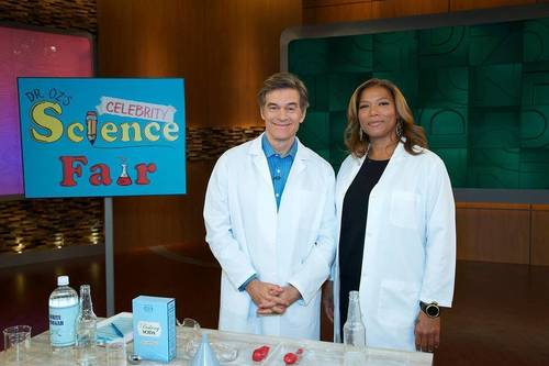 Left to Right: Dr. Oz, Queen Latifah. Dr. Oz and Queen Latifah experiment with white vinegar and baking soda for Dr. Oz's Celebrity Science Fair on The Dr. Oz Show Thursday, May 15th, 2014. (PRNewsFoto/The Dr. Oz Show)