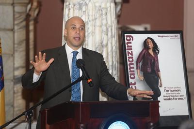 Mayor Cory Booker and Weight Watchers CEO David Kirchhoff Announce New Initiative for Newark Municipal Employees to Promote Healthy Lifestyles. (PRNewsFoto/Weight Watchers International, Inc., Frank H. Conlon) (PRNewsFoto/WEIGHT WATCHERS INTERNATIONAL___)