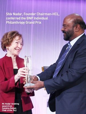 Mr. Nadar receiving award from Suzanne Berger, Chair of the Jury (PRNewsFoto/HCL Technologies Limited)