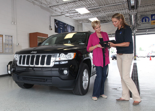 New Mopar wiADVISOR(TM) tablet platform transforms customer experience in service lane.  (PRNewsFoto/Chrysler Group LLC)