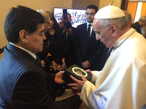 Maradona presents Pope Francis a Hublot Big Bang Unico that will be auctioned to raise funds for the Pope's Scholas Occurrentes Foundation, the Centro Sportivo Italiano, U.N.I.T.A.L.S.I. and the Comunita Amore e Liberta. (PRNewsFoto/HUBLOT)