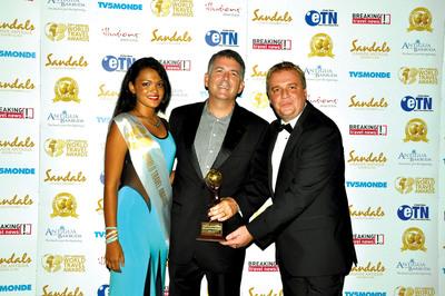 "Rovia President Mike Putman receiving ""North America's Leading Travel Agency"" award at the 2013 World Travel Awards.  (PRNewsFoto/Rovia)"