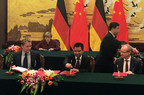 Celebratory signing ceremony chaired by the Chinese Prime Minister Li Keqiang and the German Chancellor Angela Merkel. The cooperation deal was signed by (l. to r.) Prof. Kai Desinger, Zhu Kemin (Donghai) and Dr. Michael Brandkamp (HTGF).
