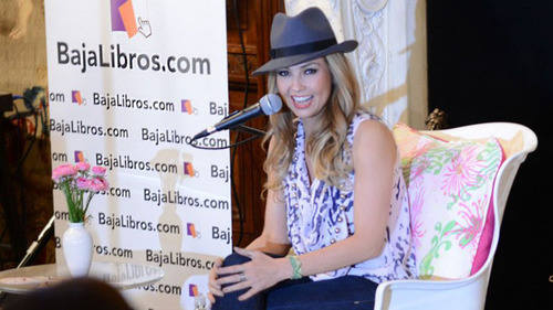 Thalia presents her new book.  (PRNewsFoto/BajaLibros.com)