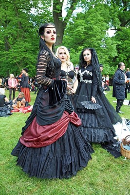 """Victorian Picnic in Clara Zetkin Park. 25th Anniversary of the Wave Gothic Festival Leipzig / The image may be used free of charge for editorial purposes. Please mention the copyright: """"Leipzig Tourismus und Marketing GmbH/Andreas Schmidt"""" (PRNewsFoto/Leipzig Tourismus und Marketing)"""