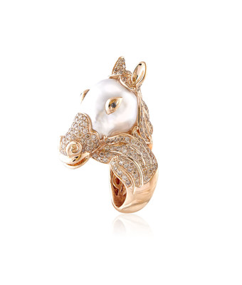 Horse Ring by Buzzanca, one of the Italian made designs included in the many collections showcased by Oro D' Italia. Buzzanca is experienced in diamonds and pearls and delivers high-end and imaginative one-of-a-kind fine jewellery designed with South Sea pearls.