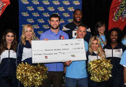 NFL player Andrew Luck presents Mission Middle School with $15,000 grant from Quaker to support wellness programs.  (PRNewsFoto/The Quaker Oats Company)