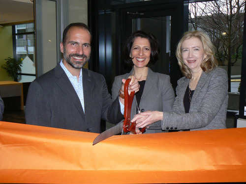Expedia, Inc. CEO Dara Khosrowshahi, Qliance CEO Dr. Erika Bliss and Expedia, Inc. EVP Human Resources Connie Symes cut the ribbon at Expedia headquarters' new onsite clinic. (PRNewsFoto/Expedia, Inc.) (PRNewsFoto/EXPEDIA, INC.)