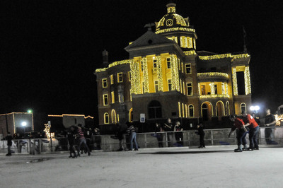 Ice skaters enjoy the synchronized light and music show on the historic Harrison County Texas courthouse during the Wonderland of Lights Festival in Marshall Texas.  Beginning November 27, the festival is open every evening and on Saturdays at noon through December 31.  Over 100,000 people are expected to visit during the holidays this year.  (PRNewsFoto/Marshall Convention & Visitors Bureau)