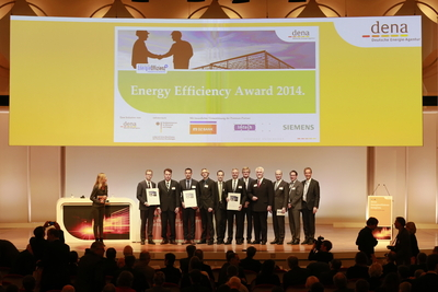 The winners of the Energy Efficiency Award 2014, representatives of the Premium Partners and the Chairman of the Board of the Deutsche Energie-Agentur (dena) Stephan Kohler (right) and presenter Nina Ruge (left) on the dena Energy Efficiency Congress in Berlin.