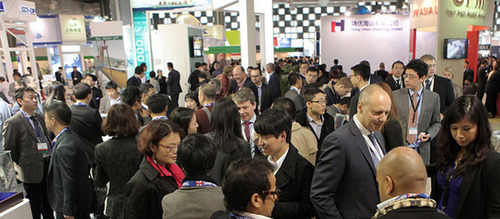 Breakbulk China 2014 attendees network and develop business opportunities on the exhibition hall floor.  (PRNewsFoto/Breakbulk Events & Media)