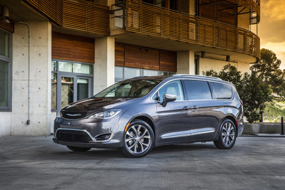 "2017 Chrysler Pacifica named ""Vehicle of the Year"" by ""Ruedas ESPN"""