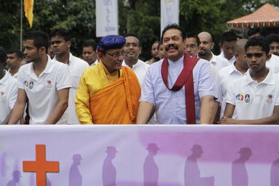The Sri Lankan President Mahinda Rajapaksha and the Gyalwang Drukpa lead the Peace Pad Yatra as it starts off from Kataragama in Sri Lanka (PRNewsFoto/Live to Love)