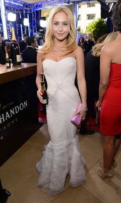 Hayden Panettiere raises a Moet mini for Moet & Chandons Toast for a Cause on the Red Carpet. (PRNewsFoto/Moet & Chandon) (PRNewsFoto/MOET & CHANDON)