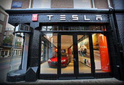 Tesla Store PC Hooftstraat Amsterdam (PRNewsFoto/Tesla Motors Inc)