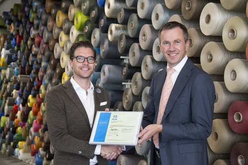 C2C Product Innovation Institute Roy Vercoulen handing over the certificate to Roland Jonkhoff Desso (PRNewsFoto/Desso) (PRNewsFoto/Desso)
