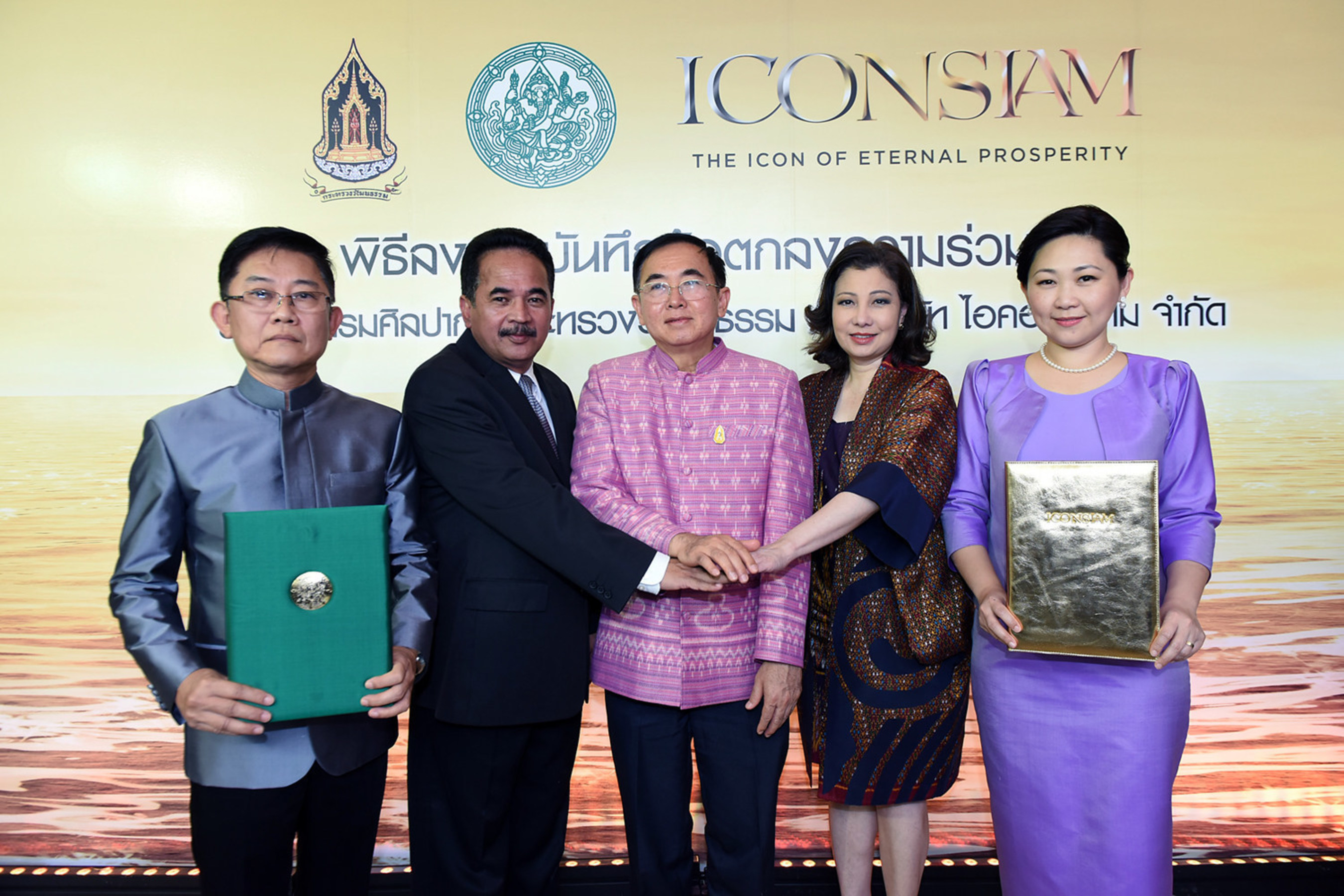 From left; Mr. Sahabhum Bhumtitterat; Deputy Director General of Fine Arts Department, Mr. Anan Shooshod; Director General of Fine Arts Department, Mr. Vira Rojpojchanarat; Minister of Culture Ministry, Mrs. Chadatip Chutrakul; Director of ICONSIAM Co., Ltd., and Mrs. Thippaporn Chearavanont Ahriyavraromp; Director of ICONSIAM Co., Ltd.