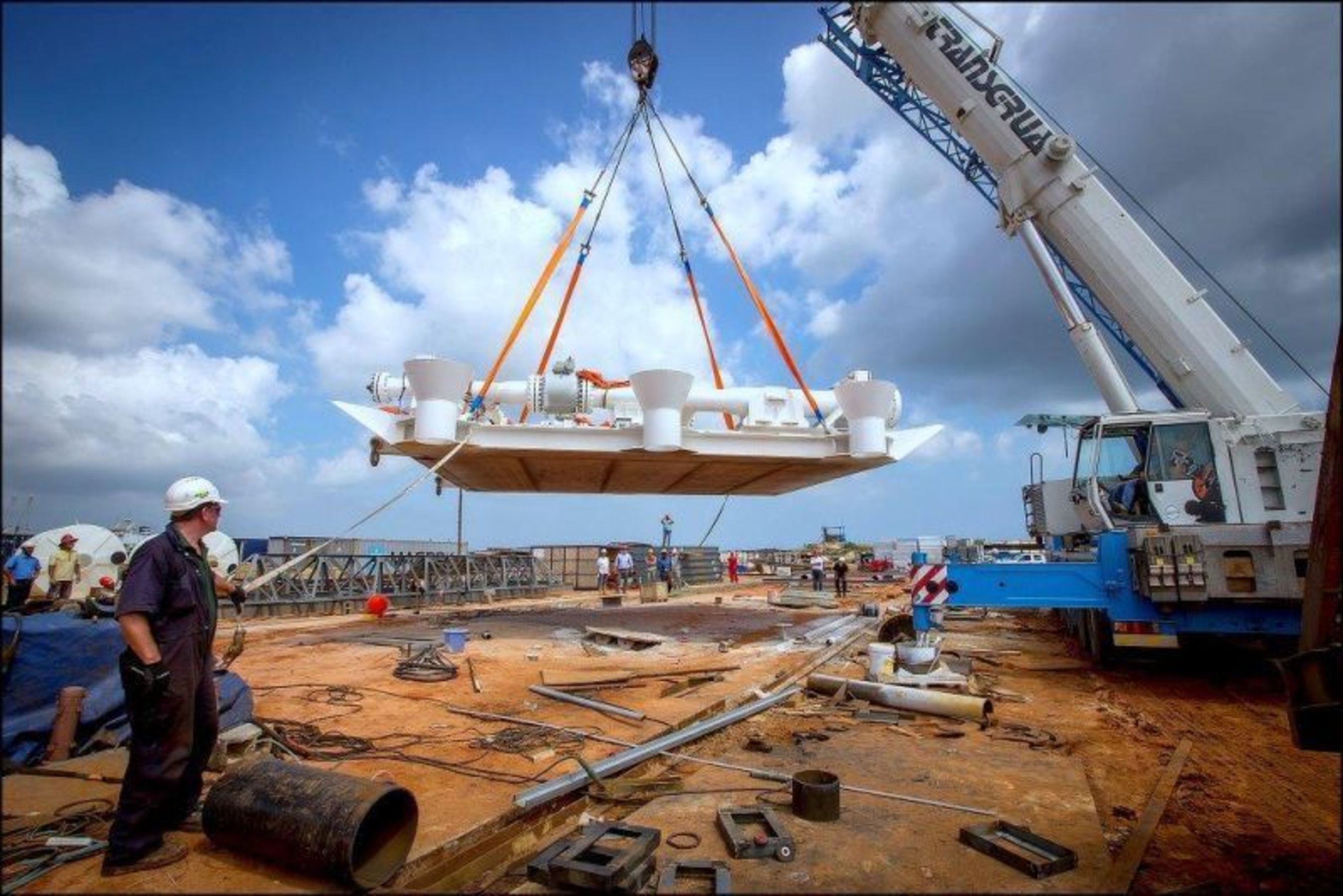 """Lifting of the manifold that will take part in Puma Energyâeuro(TM)s offshore fuelling facilities in Angola âeuro"""" one of the worldâeuro(TM)s largest (PRNewsFoto/Puma Energy)"""