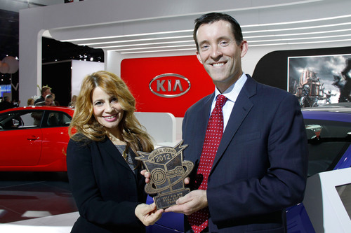 Michael Sprague VP of Marketing Communications of KMA accepts the Mujeres Al Volante Award.  (PRNewsFoto/Kia ...