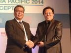 Dr Zinan Liu (l) presents the 2014 Rama Rebbapragada Award to Kelvin Tan (r).