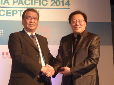 Dr Zinan Liu (l) presents the 2014 Rama Rebbapragada Award to Kelvin Tan (r).