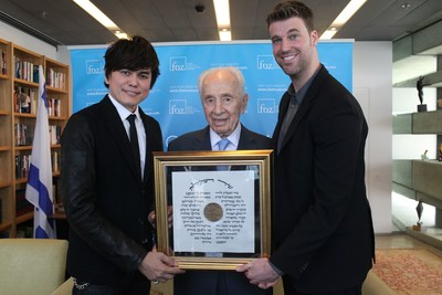 Pastor Prince receives International Relations Award from Shimon Peres