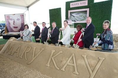 Exactamente 53 anos despues de la fecha en que Mary Kay Ash fundo la compania de sus suenos en una pequena tienda en Dallas, Mary Kay Inc. inicia en los Estados Unidos la construccion de una nueva instalacion global de manufactura e investigacion y desarrollo de 480,000 pies cuadrados en 26.2 acres de terreno en Lewisville, Texas. Este nuevo edificio de $125 millones apoyara las necesidades futuras de la compania con la produccion de productos para el cuidado de la piel, cosmeticos y fragancias para mas de 3.5 millones de integrantes del cuerpo de ventas independiente en mas de 35 paises.