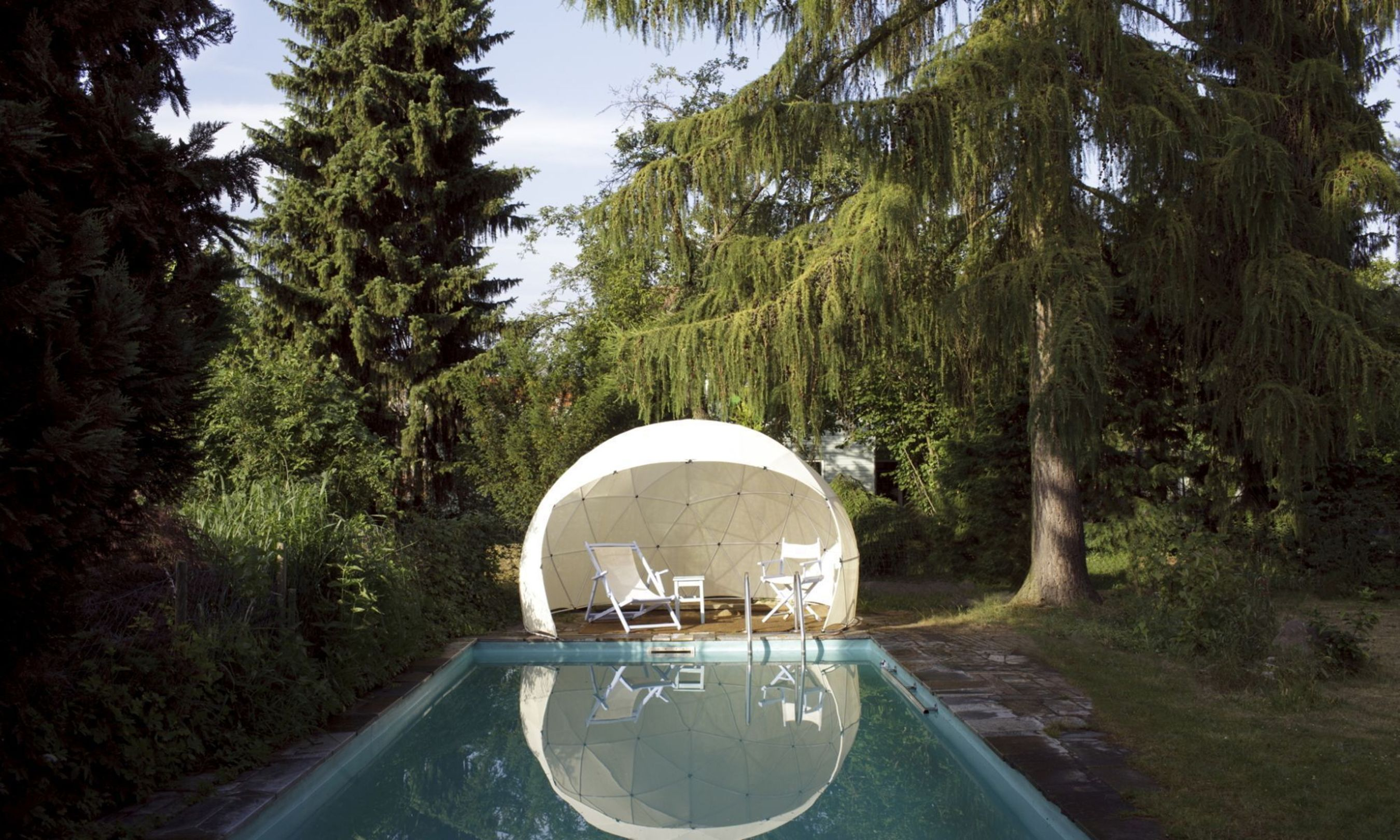 The Canopy Cover by the pool. Editorial use of this picture is free of charge. Please quote the source: obs/Gardenigloo GmbH (PRNewsFoto/Gardenigloo GmbH)