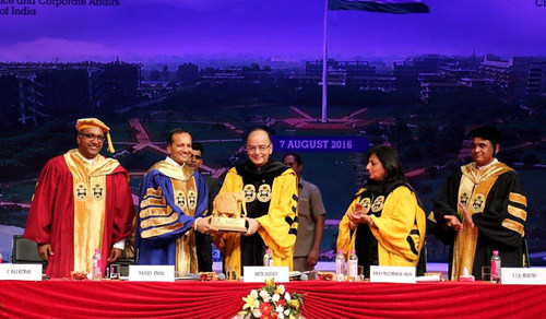 JGU Chancellor, Mr. Naveen Jindal presenting a token of appreciation to Shri Arun Jaitley, Hon'ble Union Minister of Finance and Corporate Affairs in the presence of Ms. Kiran Mazumdar-Shaw, Chairperson and Managing Director, Biocon Limited and JGU Vice-Chancellor, Prof (Dr.) C Raj Kumar and Registrar Prof (Dr.) Y.S.R Murthy (PRNewsFoto/O.P. Jindal Global University)