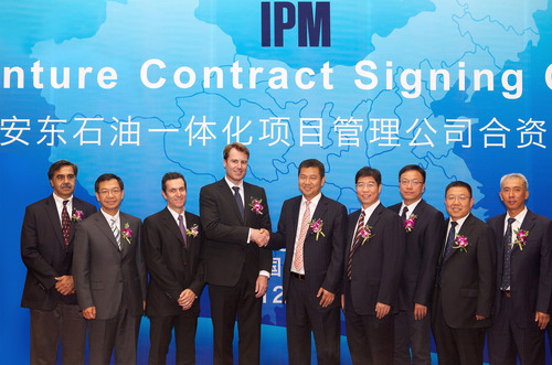 Antonoil Chairman Mr. LUO Lin (fifth from right) and Schlumberger CEO Mr. Paal KIBSGAARD (fourth from left) shake hands to celebrate the signing of the contract for the IPM joint venture.  (PRNewsFoto/Anton Oilfield Services Group)