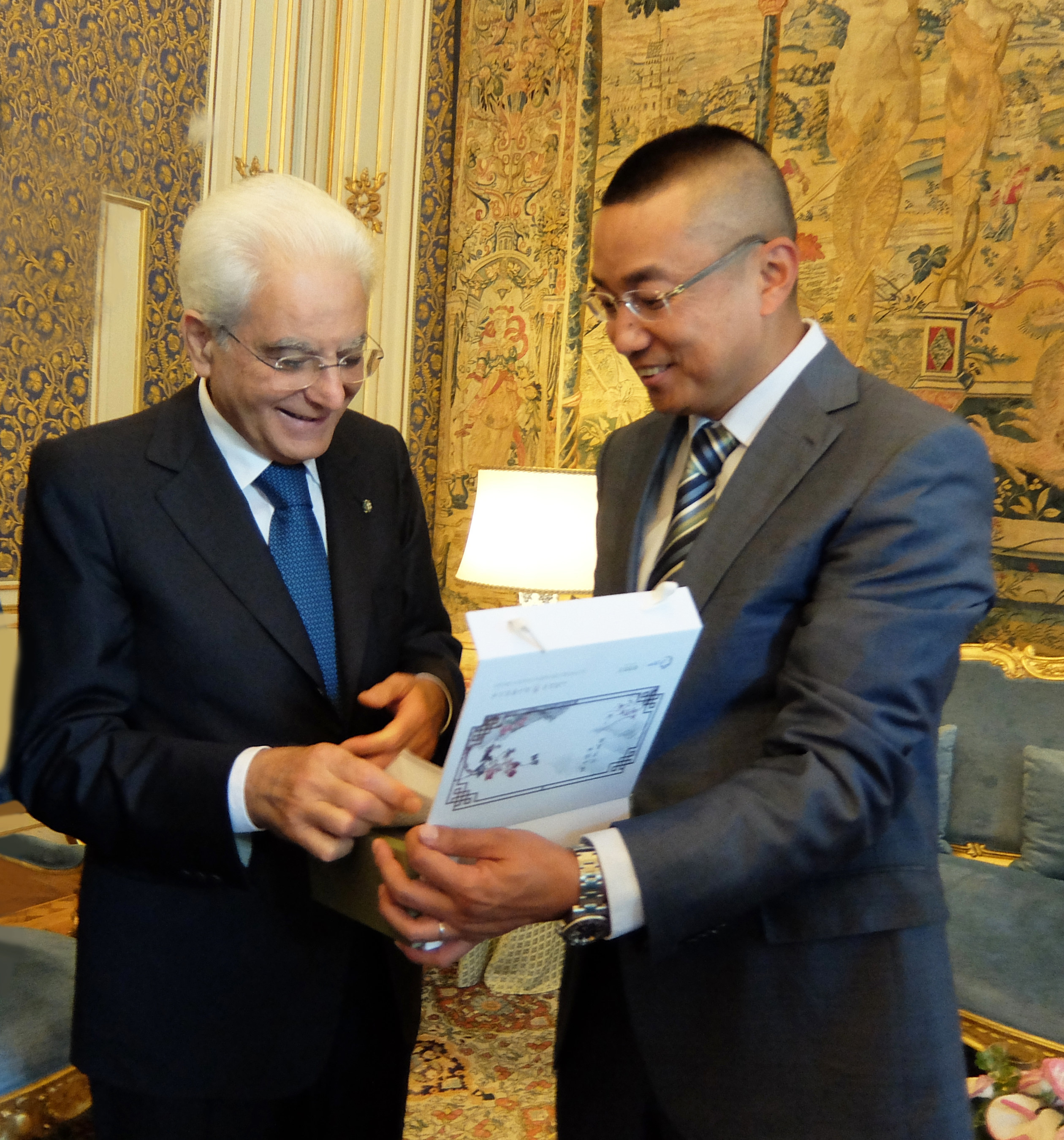 President Mattarella (left) listened to the introduction of the national gifts from XieYong (right), the founder of DR PLANT, at the Presidential palace.