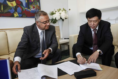Olivier Villa, Senior VP Civil Aircraft, Dassault Aviation (left) and Mr Libing Li, director of Hospital, Beijing Red Cross Emergency Center. (PRNewsFoto/DASSAULT AVIATION)