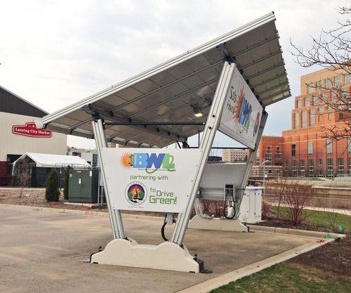 Erste gemeindeeigene solarbetriebene Ladestation für Elektrofahrzeuge in den USA