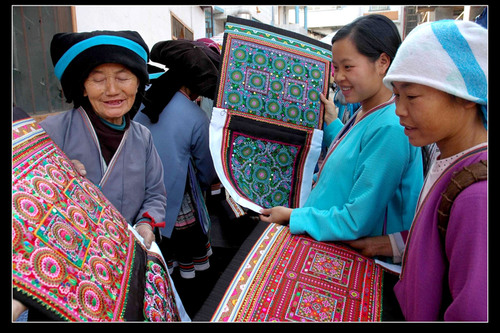 In the county fair, people are choosing patterned cloth.  (PRNewsFoto/City Channel of CRI Online)